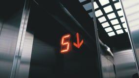 Ψηφιακή επίδειξη στον ανελκυστήρα που κατεβαίνει από το πάτωμα με ένα βέλος κάτω απόθεμα βίντεο