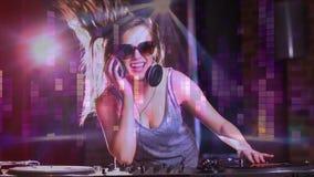 Ψηφιακή ζωτικότητα που παρουσιάζει jockey disco χαμόγελου που αναμιγνύει τη μουσική στο μπαρ απόθεμα βίντεο