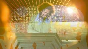 Ψηφιακή ζωτικότητα που παρουσιάζει jockey disco χαμόγελου που αναμιγνύει τη μουσική στο μπαρ φιλμ μικρού μήκους