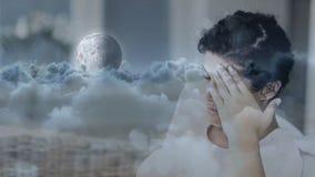 Ψηφιακή ζωτικότητα της ανησυχημένης γυναίκας με το χέρι στο κεφάλι απόθεμα βίντεο