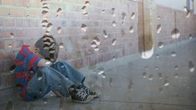 Ψηφιακή ζωτικότητα της συνεδρίασης αγοριών ενάντια στον τοίχο με το κεφάλι κάτω απόθεμα βίντεο