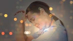 Ψηφιακή ζωτικότητα της τεντωμένης συνεδρίασης νοσοκόμων με το χέρι στο κεφάλι απόθεμα βίντεο