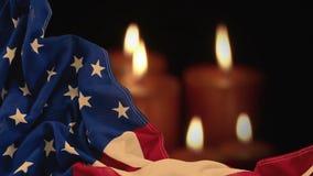 Ψηφιακή ζωτικότητα της τσαλακωμένης αμερικανικής σημαίας ενάντια στα αναμμένα κεριά απόθεμα βίντεο