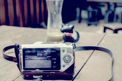 Ψηφιακή κάμερα που παίρνει τη φωτογραφία στον πίνακα Στοκ φωτογραφίες με δικαίωμα ελεύθερης χρήσης