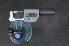 Ψηφιακή μέτρηση μικρόμετρου ένας έλεγχος ρουλεμάν άξονα στοκ εικόνα