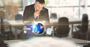 Ψηφιακή σύνθετη εικόνα της εργασίας επιχειρηματιών στο φουτουριστικό γραφείο Στοκ Εικόνες