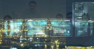 Ψηφιακή σύνθετη εικόνα των επιχειρηματιών που βλέπουν μέσω της οθόνης στοκ φωτογραφία
