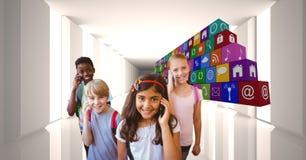 Ψηφιακή σύνθετη εικόνα των παιδιών σχολείου που χρησιμοποιούν τα έξυπνα τηλέφωνα από τα εικονίδια Στοκ Εικόνες