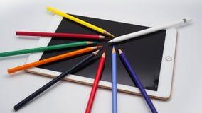 Ψηφιακή ταμπλέτα με stylus και το μολύβι χρώματος στοκ εικόνες με δικαίωμα ελεύθερης χρήσης