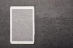 Ψηφιακή ταμπλέτα σε μια περίπτωση στο γκρίζο υπόβαθρο με το διάστημα αντιγράφων στοκ εικόνες