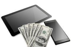 Ψηφιακή ταμπλέτα και κινητό τηλέφωνο με τα αμερικανικά δολάρια Στοκ φωτογραφία με δικαίωμα ελεύθερης χρήσης