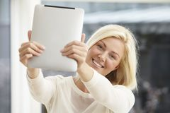 ψηφιακή ταμπλέτα που χρησιμοποιεί τις νεολαίες γυναικών Στοκ Εικόνα