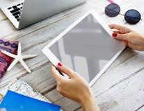 Ψηφιακή ταμπλέτα Copyspace προτύπων που ψάχνει την έννοια Στοκ Φωτογραφίες