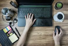 Ψηφιακή τεχνολογία δικτύων lap-top εργαζομένων Στοκ εικόνα με δικαίωμα ελεύθερης χρήσης