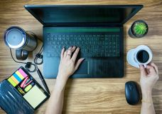 Ψηφιακή τεχνολογία δικτύων lap-top εργαζομένων Στοκ φωτογραφίες με δικαίωμα ελεύθερης χρήσης