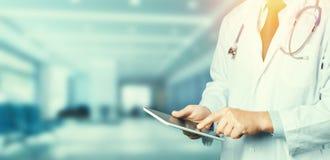 ψηφιακή χρησιμοποίηση ταμπλετών γιατρών Έννοια ιατρικής υγειονομικής περίθαλψης Στοκ Φωτογραφία