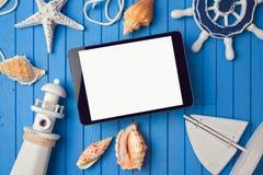 Ψηφιακή χλεύη ταμπλετών καλοκαιρινών διακοπών επάνω στο πρότυπο για app την παρουσίαση επάνω από την όψη Στοκ Εικόνες