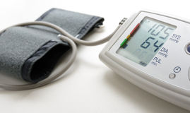 Ψηφιακή mesuring συσκευή πίεσης του αίματος στο λευκό Στοκ Φωτογραφίες