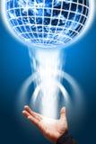 ψηφιακός έξυπνος κόσμος λαβής χεριών Στοκ Εικόνες