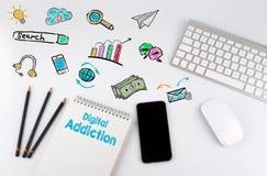Ψηφιακός εθισμός Πίνακας γραφείων γραφείων με τον υπολογιστή, Smartphone, σημειωματάριο, μολύβια Στοκ Εικόνα