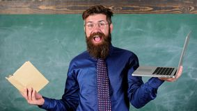 Ψηφιακός ενάντια στο έγγραφο Επιλέξτε τη σωστή μέθοδο διδασκαλίας Δάσκαλος που επιλέγει τη σύγχρονη προσέγγιση διδασκαλίας σύγχρο στοκ φωτογραφίες