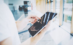Ψηφιακός κόσμος Νέος επιχειρηματίας που χρησιμοποιεί τη σύγχρονη ταμπλέτα στη σύγχρονη σοφίτα ανοιχτού χώρου Χέρι συσκευών εκμετά Στοκ φωτογραφία με δικαίωμα ελεύθερης χρήσης