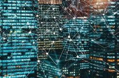 Ψηφιακός κύκλος τεχνολογίας με τους ουρανοξύστες που φωτίζονται τη νύχτα στοκ εικόνα