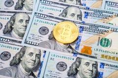 Ψηφιακός χρυσός νομισμάτων cryptocurrency bitcoin που βρίσκεται πέρα από το αμερικανικό dol Στοκ Εικόνα