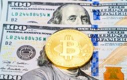 Ψηφιακός χρυσός νομισμάτων cryptocurrency bitcoin που βρίσκεται πέρα από το αμερικανικό dol Στοκ εικόνες με δικαίωμα ελεύθερης χρήσης