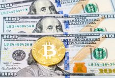Ψηφιακός χρυσός νομισμάτων cryptocurrency bitcoin που βρίσκεται πέρα από το αμερικανικό dol Στοκ φωτογραφία με δικαίωμα ελεύθερης χρήσης