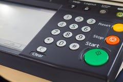 Ψηφιακό ενδιάμεσο με τον χρήστη υπολογιστών γραφείου αντιγραφέων λέιζερ Στοκ Εικόνες