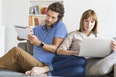 Ψηφιακό ζεύγος geek Κινητό τηλέφωνο, smartwatch, ταμπλέτα, lap-top Σύγχρονο άσπρο διαμέρισμα στοκ εικόνα