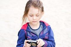 ψηφιακό κορίτσι φωτογραφικών μηχανών Στοκ Φωτογραφίες