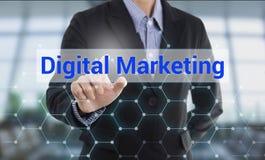 Ψηφιακό μάρκετινγκ κουμπιών συμπίεσης χεριών επιχειρηματιών Στοκ φωτογραφία με δικαίωμα ελεύθερης χρήσης