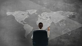 Ψηφιακό παραγμένο βίντεο της γυναίκας που εξετάζει τον παγκόσμιο χάρτη ελεύθερη απεικόνιση δικαιώματος