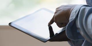Ψηφιακό στενό επάνω άτομο υπολογιστών ταμπλετών που χρησιμοποιεί το άτομο χεριών ταμπλετών mult Στοκ Εικόνες