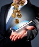 Ψηφιακό σχέδιο Χέρι επιχειρηματιών με το έξυπνο τηλέφωνο και bitcoins στοκ εικόνες