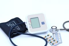Ψηφιακό όργανο ελέγχου πίεσης του αίματος στο άσπρο υπόβαθρο στοκ φωτογραφία