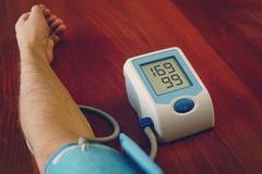 Ψηφιακό όργανο ελέγχου σφυγμού πίεσης του αίματος Γυναίκα που μετρά τη πίεση του αίματος και το ποσοστό δαπέδων τζακιού της υγεία στοκ φωτογραφίες