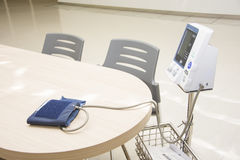 Ψηφιακό όργανο ελέγχου κυβικό πόδι πίεσης του αίματος στο γραφείο Στοκ εικόνα με δικαίωμα ελεύθερης χρήσης