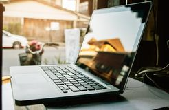 Ψηφιακό lap-top τεχνολογίας στο ξύλο στο δωμάτιο στοκ εικόνες με δικαίωμα ελεύθερης χρήσης
