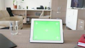 Ψηφιακό PC ταμπλετών με την πράσινη χλεύη οθόνης χρώματος επάνω απόθεμα βίντεο