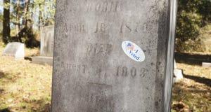 Ψηφισμένη αυτοκόλλητη ετικέττα σε έναν τάφο Στοκ Εικόνες