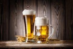 Ψηλές γυαλί και κούπα της ελαφριάς μπύρας με το κριθάρι αυτιών Στοκ φωτογραφία με δικαίωμα ελεύθερης χρήσης
