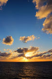 Ψηλή άποψη πορτρέτου του καραϊβικού ωκεάνιου ηλιοβασιλέματος με τα ήρεμα κύματα στοκ φωτογραφία με δικαίωμα ελεύθερης χρήσης
