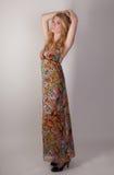 Ψηλή γυναίκα στο ζωηρόχρωμο φόρεμα Στοκ εικόνα με δικαίωμα ελεύθερης χρήσης