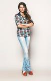 Ψηλή γυναίκα στο πουκάμισο και τα τζιν ελέγχου Στοκ φωτογραφίες με δικαίωμα ελεύθερης χρήσης