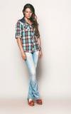 Ψηλή γυναίκα στο πουκάμισο και το τζιν παντελόνι ελέγχου Στοκ φωτογραφία με δικαίωμα ελεύθερης χρήσης