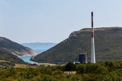 Ψηλή καπνοδόχος των εγκαταστάσεων παραγωγής ενέργειας άνθρακα κοντά στο Plomin, Κροατία Στοκ Εικόνα