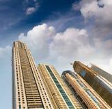 Ψηλοί ουρανοξύστες μαρινών του Ντουμπάι μια όμορφη ημέρα, Ε.Α.Ε. Στοκ Εικόνες